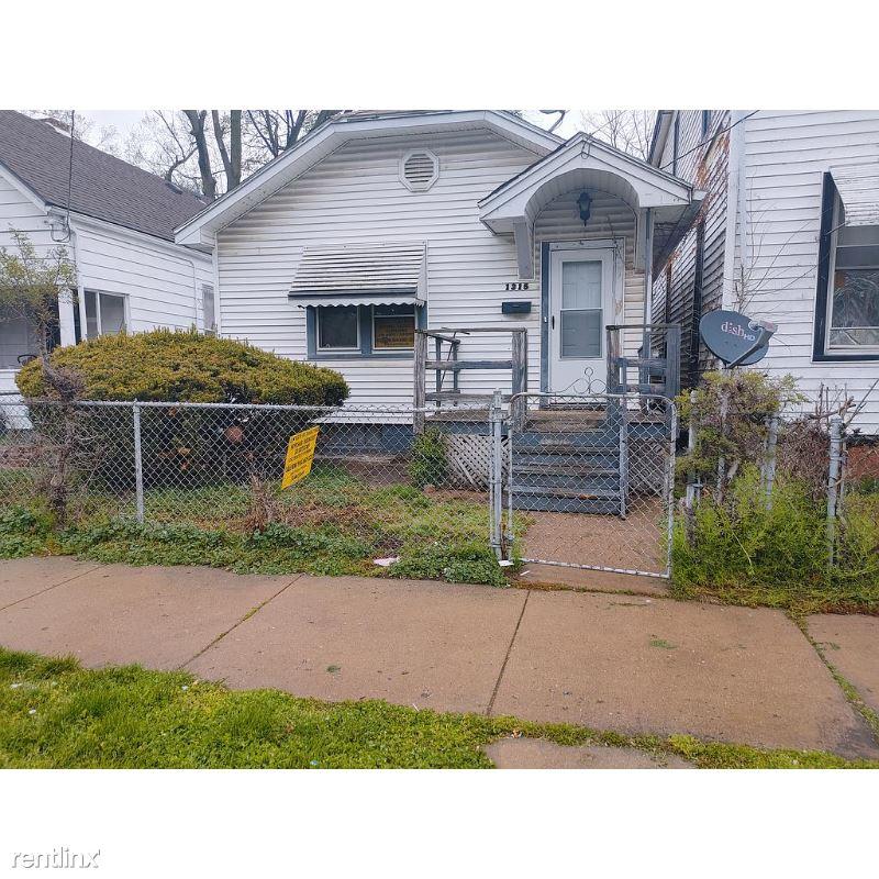 W John W Gwynn Jr Ave., Peoria, IL - $551 USD/ month