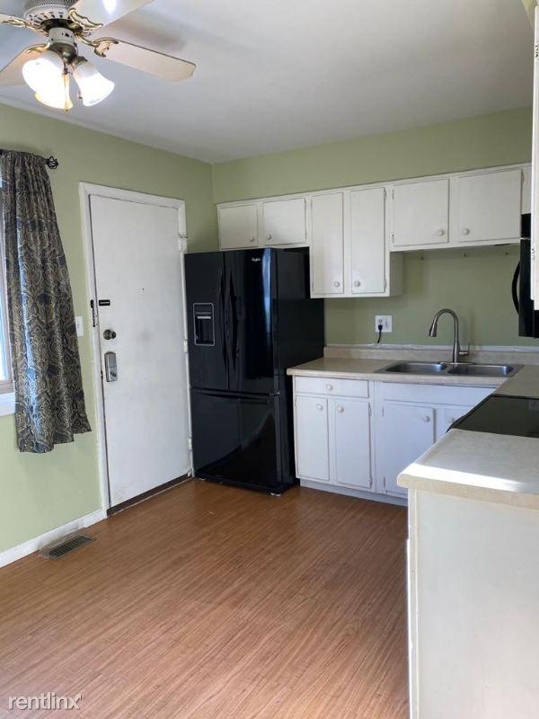 S 132 Radford ln, Villa Park, IL - $1,700 USD/ month