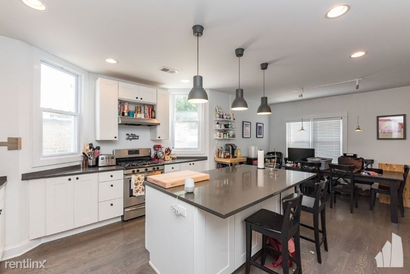 1821 W Barry Ave 3, Chicago, IL - 3,400 USD/ month