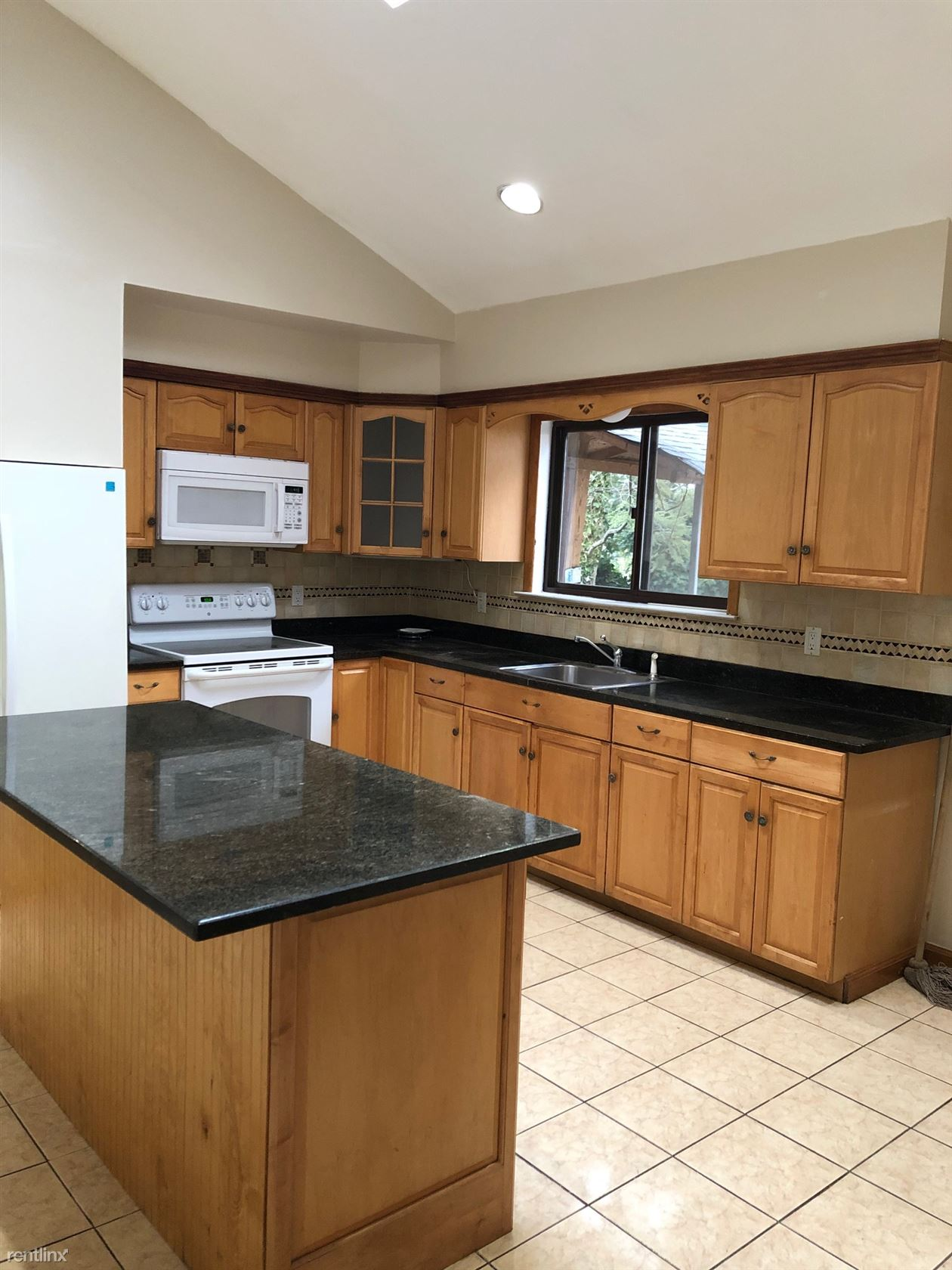 Coventry Ln, New Rochelle, NY - 4,550 USD/ month
