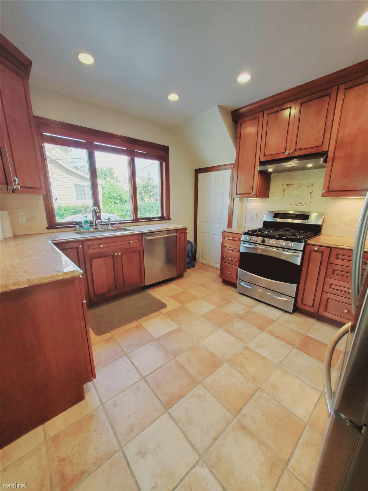 89 Center St, Stamford, CT - 3,200 USD/ month