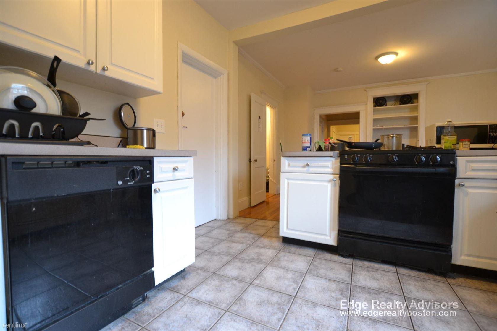 42 Park Vale Ave Apt 3, Allston, MA - $3,400