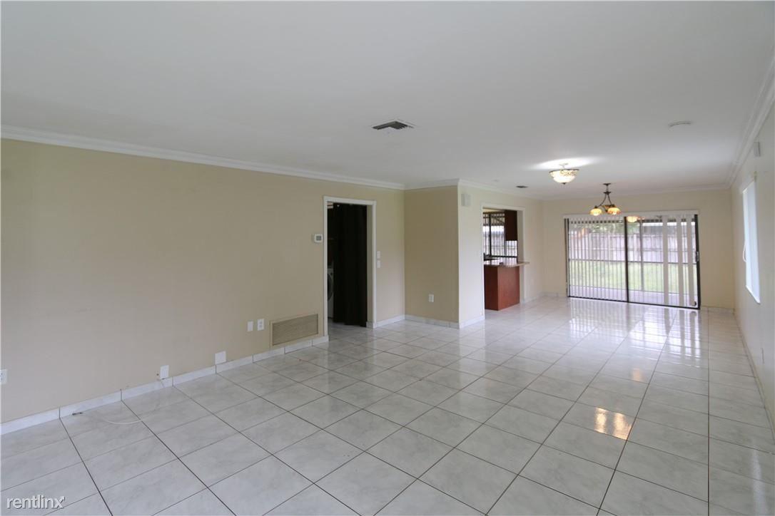 15482 Durnford Dr, Miami Lakes, FL - $2,300