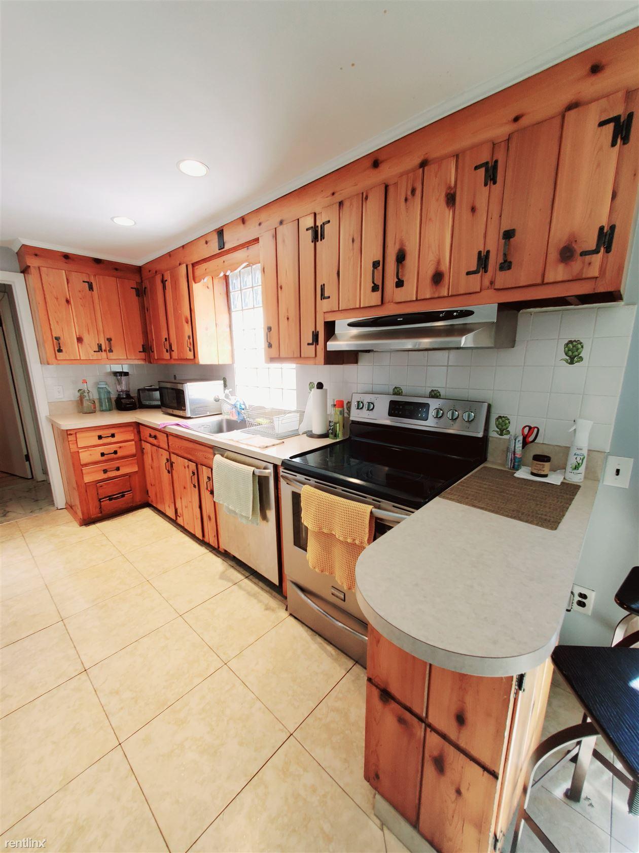 Dean St, Stamford, CT - $2,700