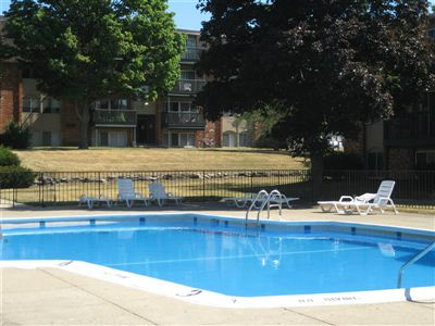 Whitehall apartments 332 s kendall ave kalamazoo mi for Pool show michigan