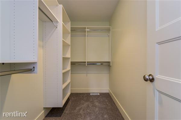 023-Walk_In_Closet-2779371-medium