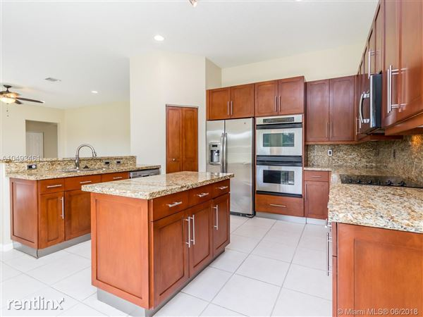 1023 Waterside Cir, Weston, FL