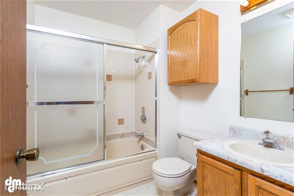 Bathroom_5566 Tiled shower and tub area