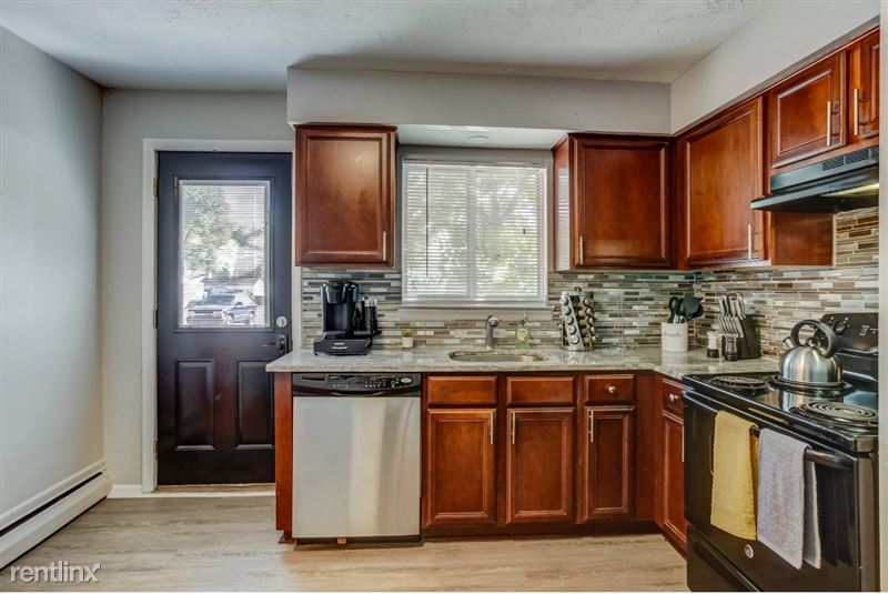 Furnished Suites in Clawson/Troy - 10 - Kitchen