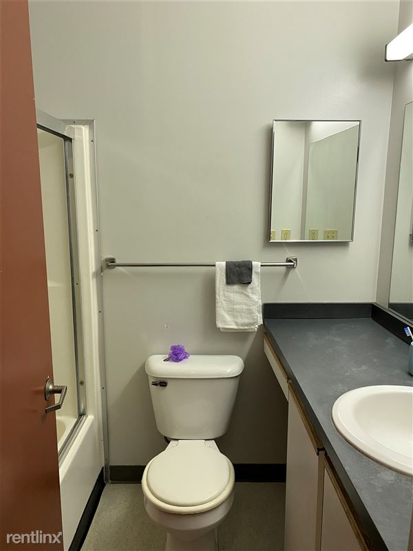 Colonial - 12 - Colonial 210 bathroom (shared with 211)