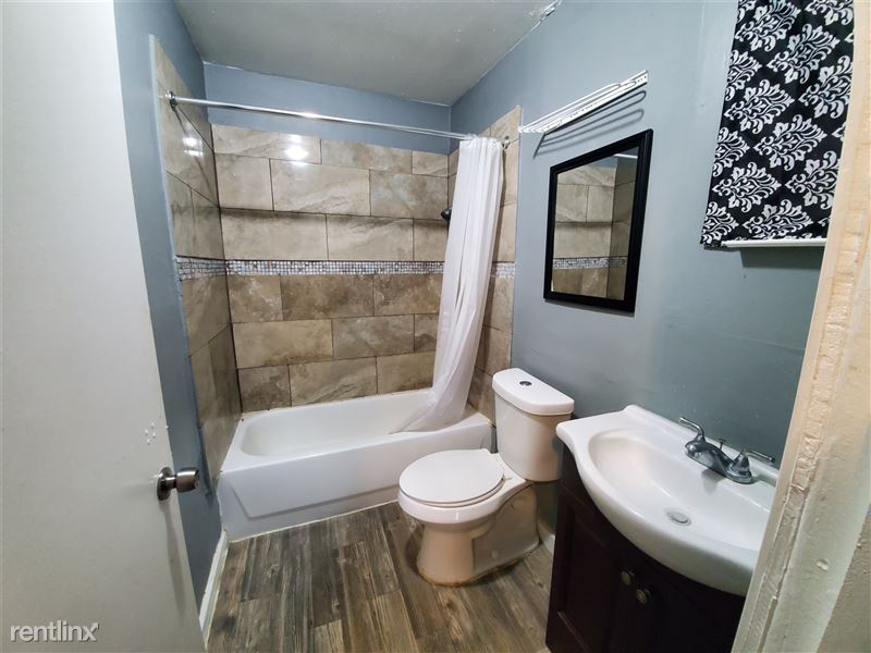 827 W Rosewood Ave - 2 - Bathroom