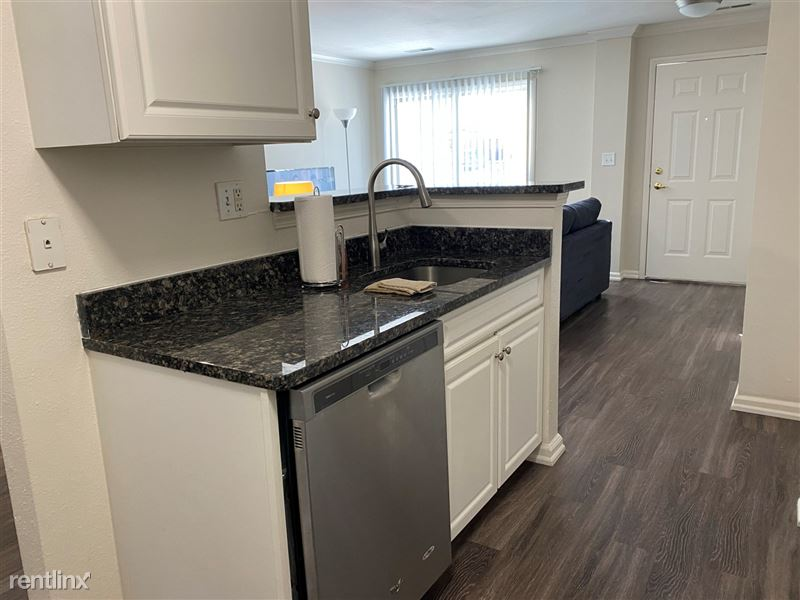 Flex-Lease/Furnished @ Village Green of Rochester - 3 -