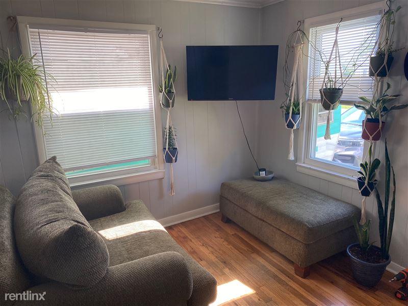 566 Ardmore Dr - 5 - Livingroom