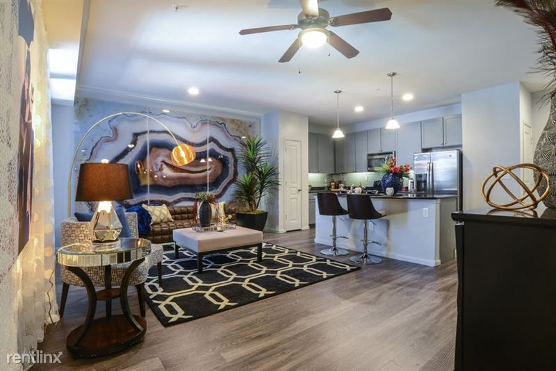 912 Red River St - 2 -