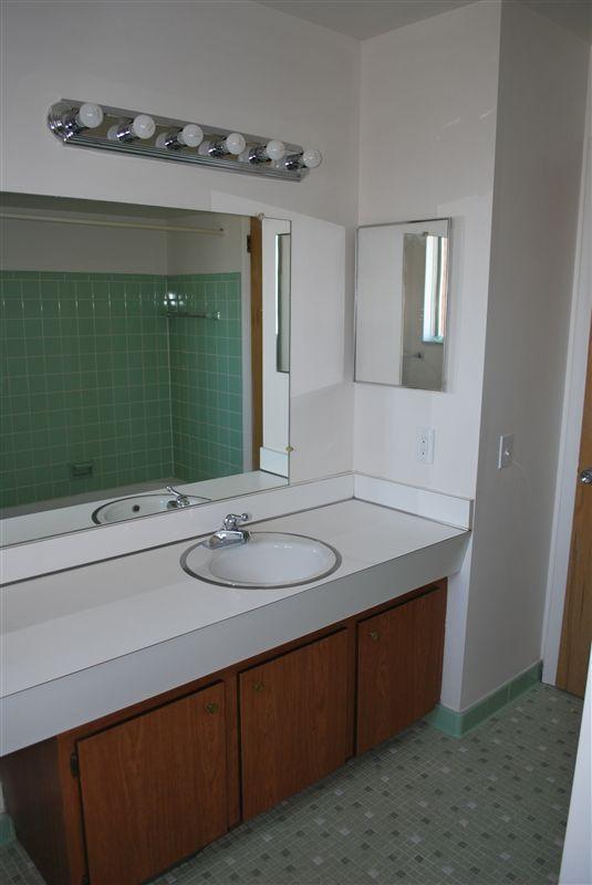North Shore Apartments - 5 - Bath with ceramic tile bath
