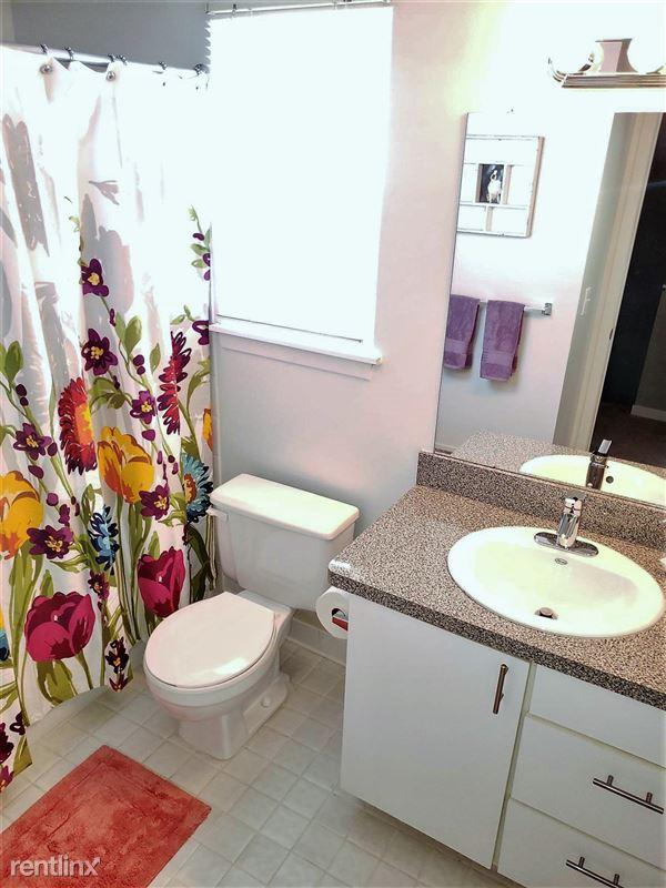 Westbury Village Townhouses - 5 - Full size bathroom with garden tub