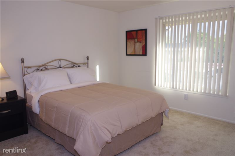 Flex-Lease/Furnished. Renovated-Somerset-Troy - 1 - 2374 Coolidge -Bedroom and window
