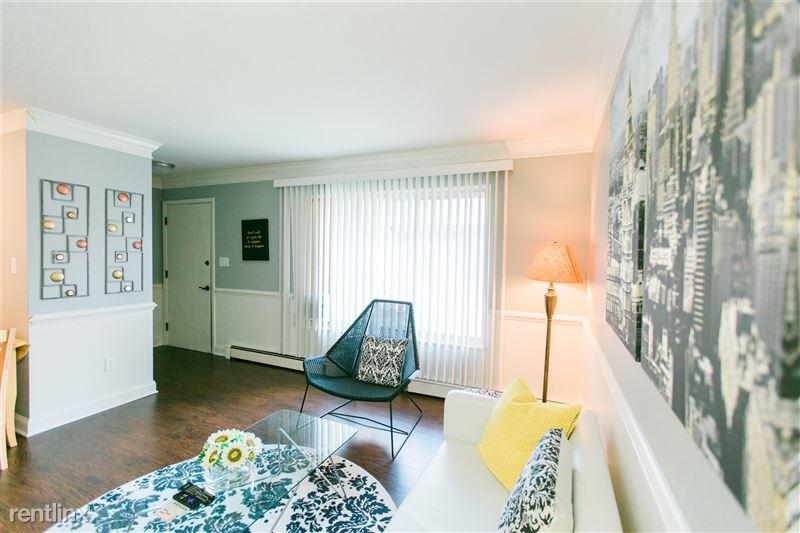 Furnished Suites in Royal Oak - 11 - 3923 Devon - Living Room and Entrance