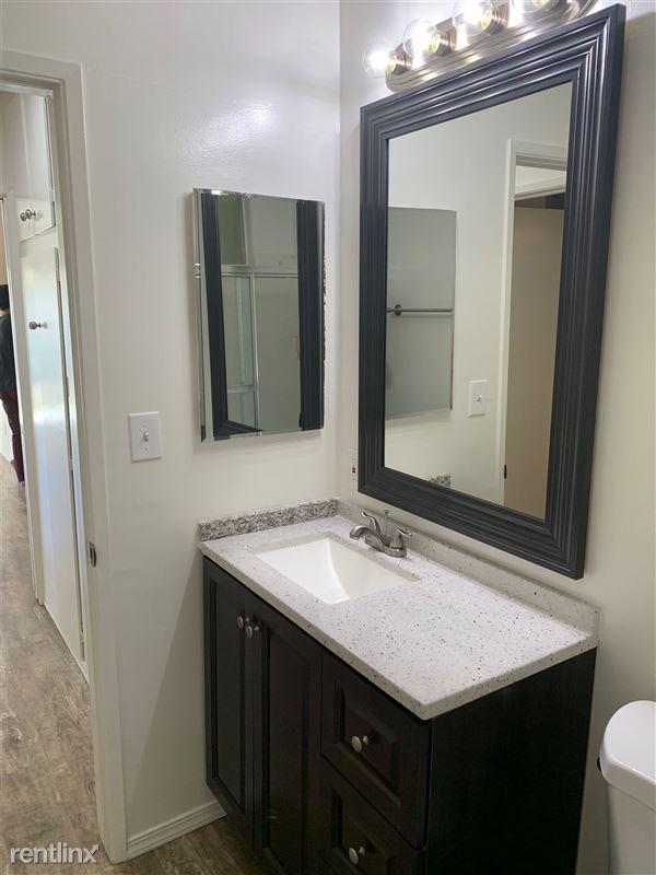 Wellesley Plaza - 6 - Bathroom