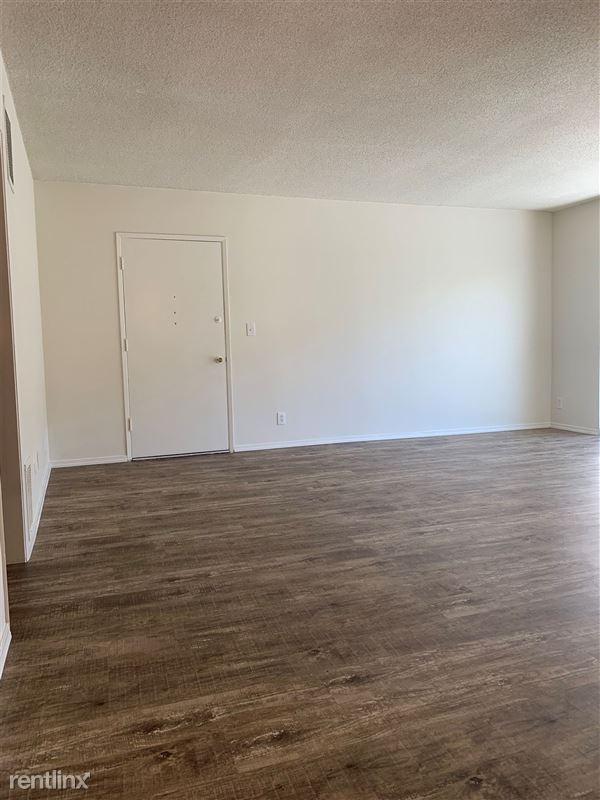 Wellesley Plaza - 4 - Living room 5