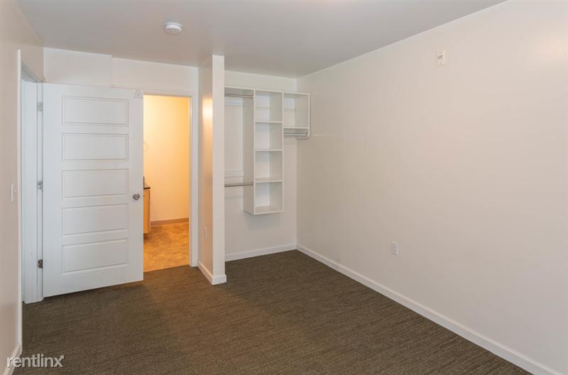 The Gates - 6 - Bedroom w/ built-in closet organizer!