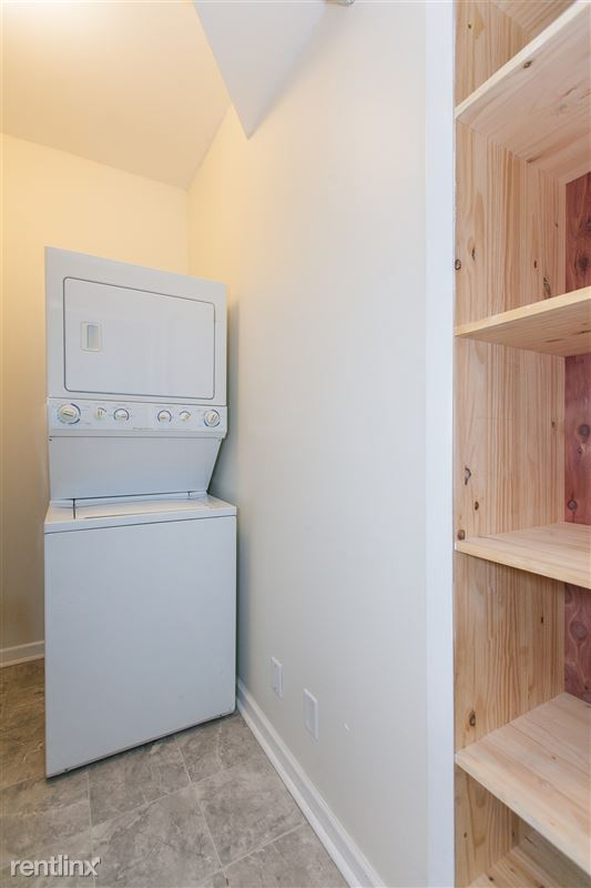 1743 W Barry Ave - 8 - In unit Washer / Dryer