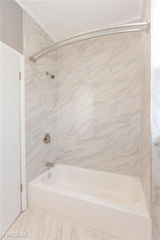 1743 W Barry Ave - 6 - Bath