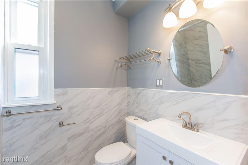 1743 W Barry Ave - 5 - Vanity