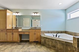 Master Bathroom (Upper)