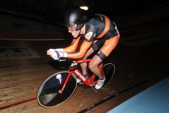 Bobby Lea on his way to gold in the individual pursuit