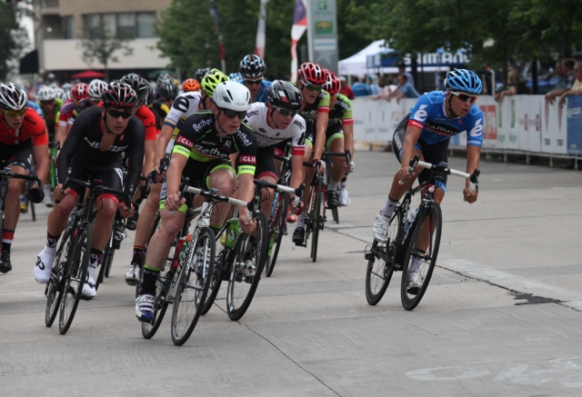 The peloton of the men's 17-18 criterium