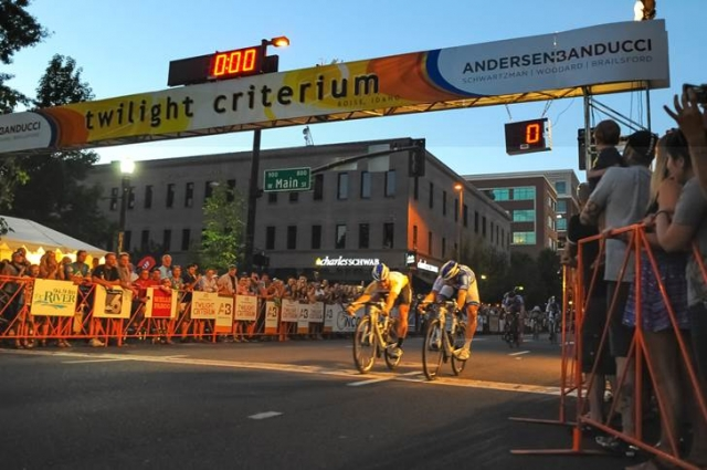 Ken Hanson (right) just edges out Luke Keough to win the men's pro race.