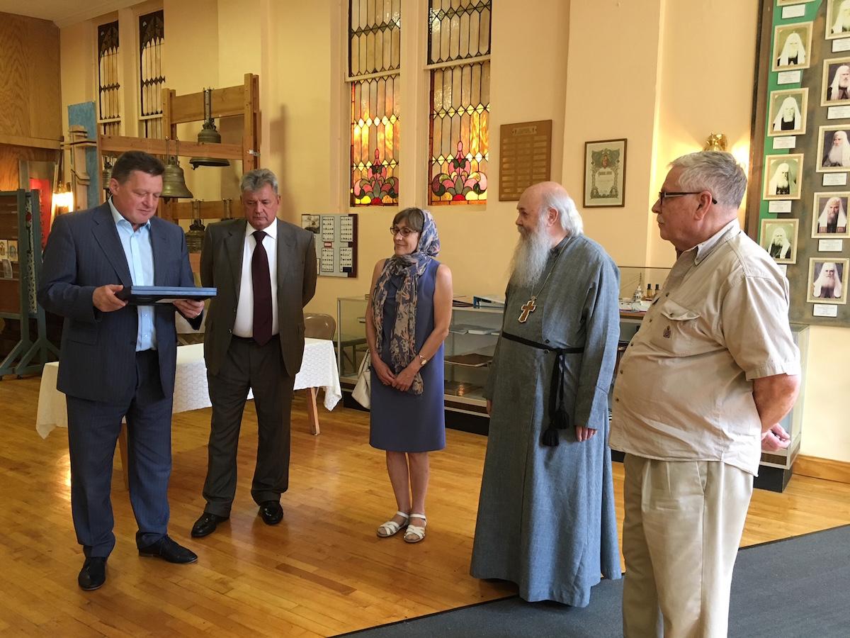 Настоятель храма протоиерей Марк Шинн и директор музея Александр Николаевич Козлов принимают подарок