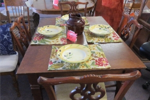 Small Diningroom table with 4 chairs