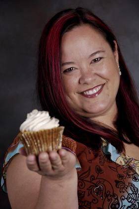 Lisa_with-cupcake