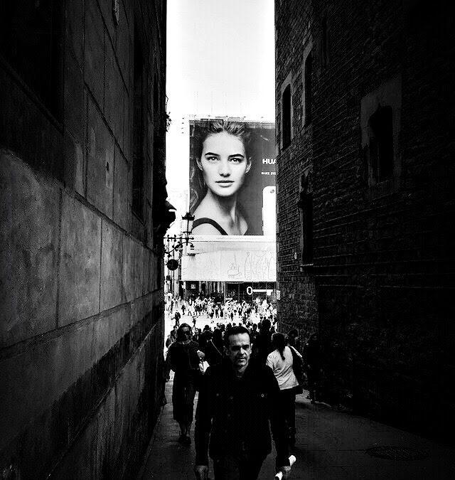 Enrique Estrada ~ When her eyes follow me my heart splits