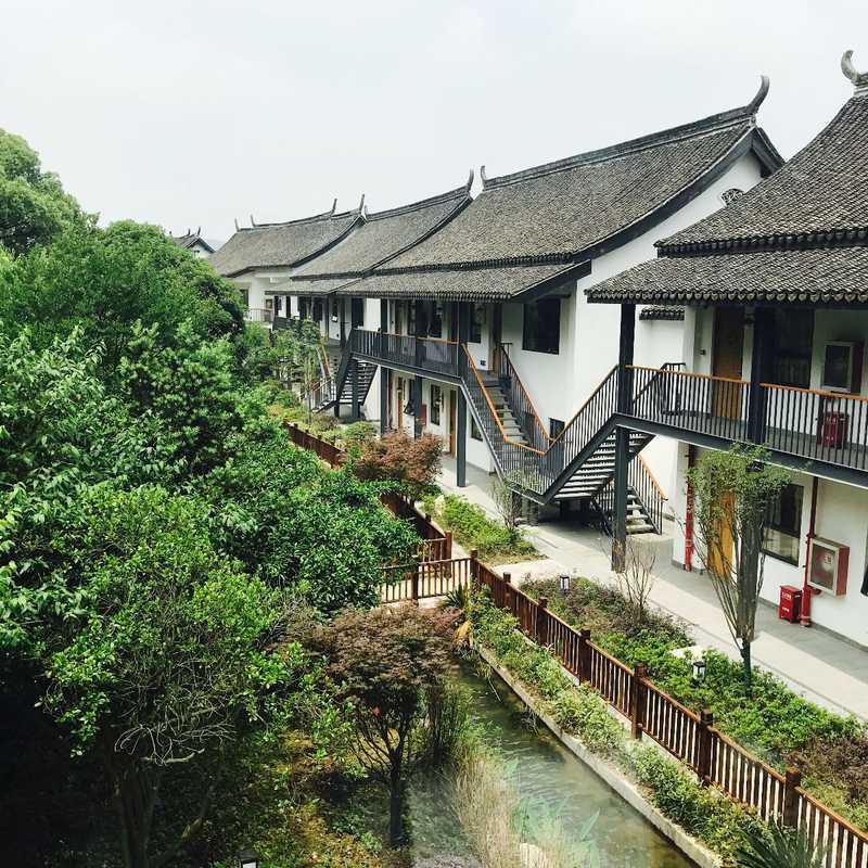 Hushan Chunshe Hotel (湖山春舍)