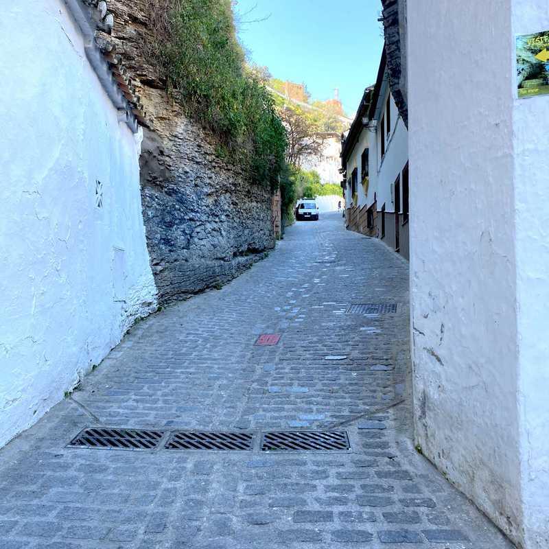 Roca sobre una calle en Setenil