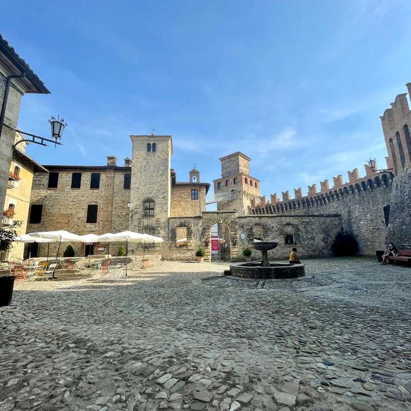 Trip Blog Post by @LauraMelania: A trip to Vigoleno, sleeping in a castle ❤️ | 3 days in Aug (itinerary, map & gallery)