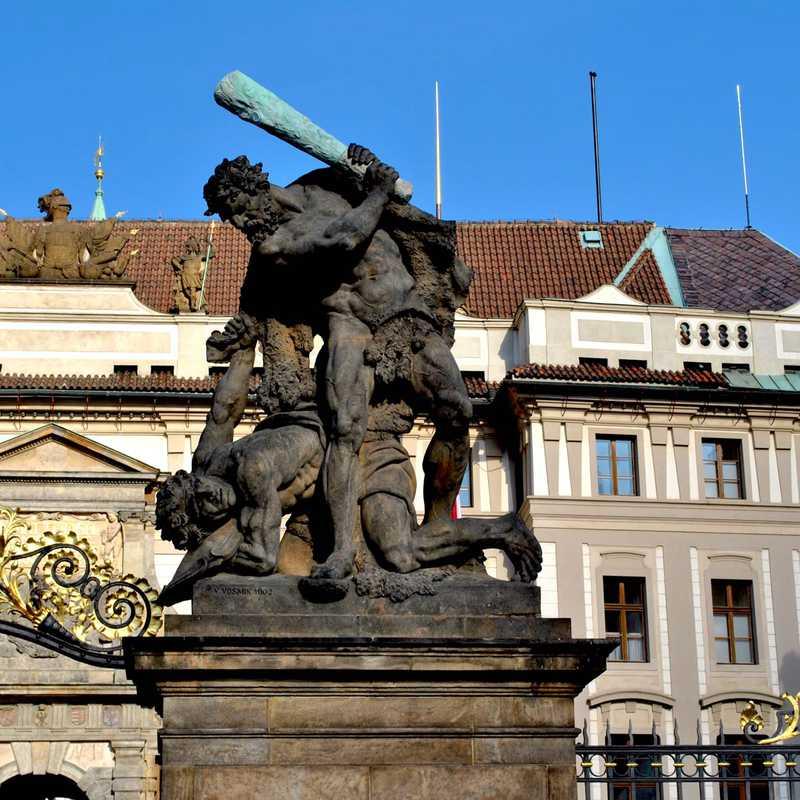 Escultura de los Titanes luchando