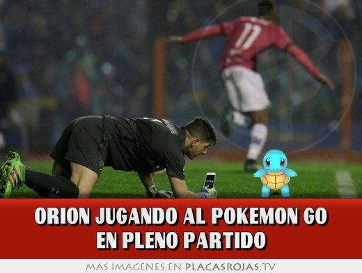 Orion jugando al pokemon go en pleno partido
