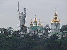 220px-Kijów_-_Pecherska_Ławra_i__Matka_Ojczyzna__-_Kiev_-_Pechersk_Lavra_and__Mather_Home__-_panoramio.jpg