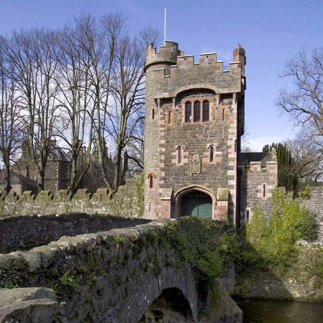 The Barbican is a fabulous luxury holiday cottage set within the Glenarm Castle Estate.  Approached via a bridge over Glenarm river, the setting couldn't be more romantic