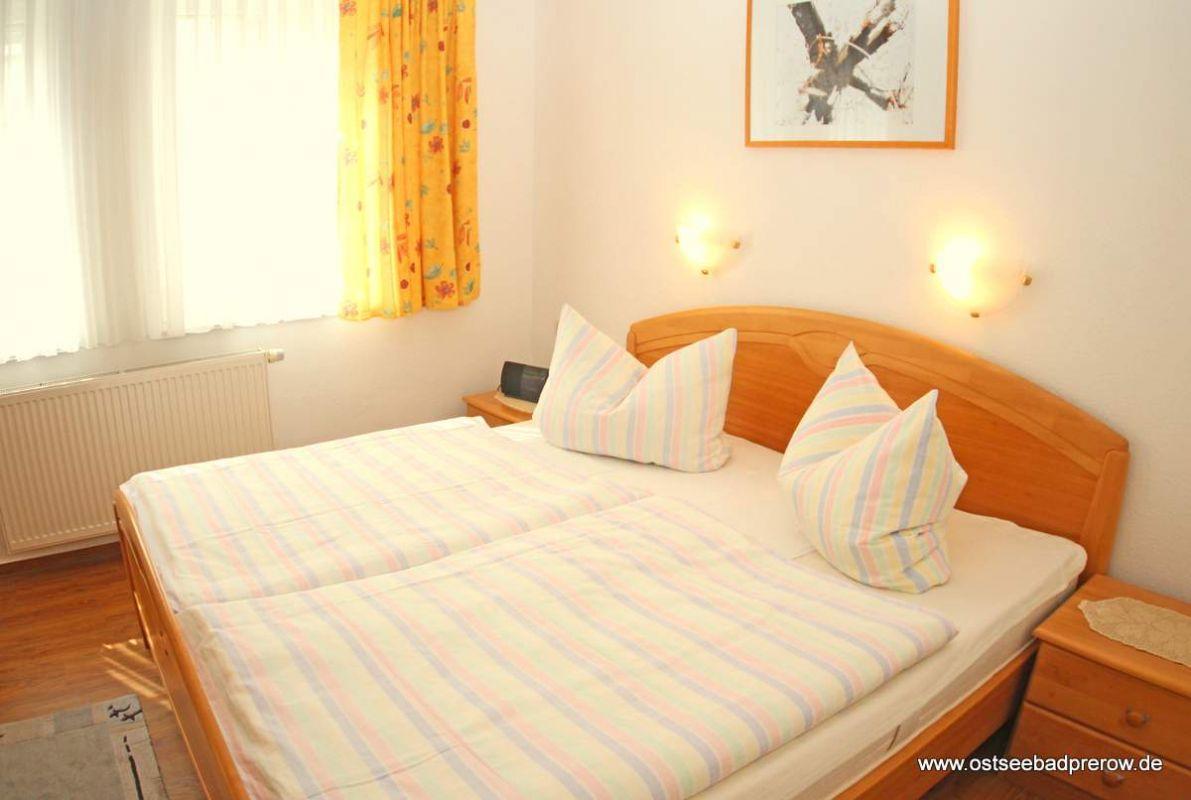 Schlafzimmer mit großem Doppelbett (2 x 2 m)