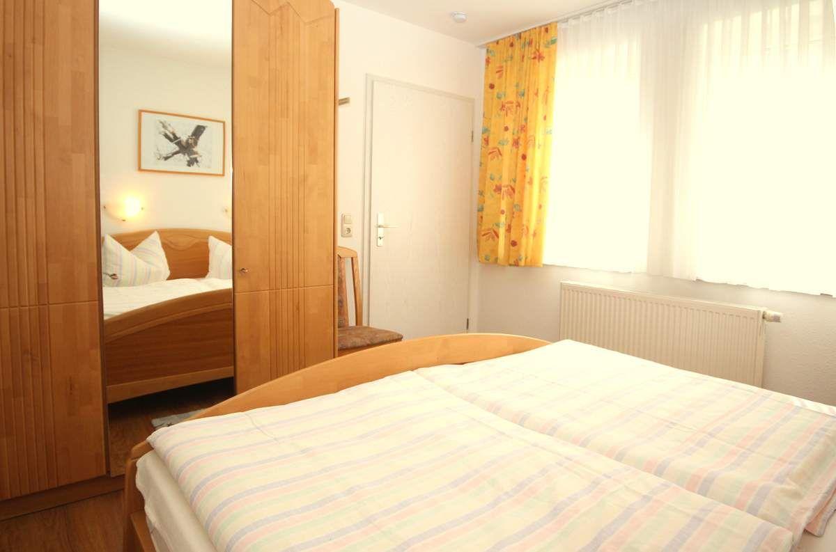 Schlafzimmer mit großem Schrank  / Staubsauger !