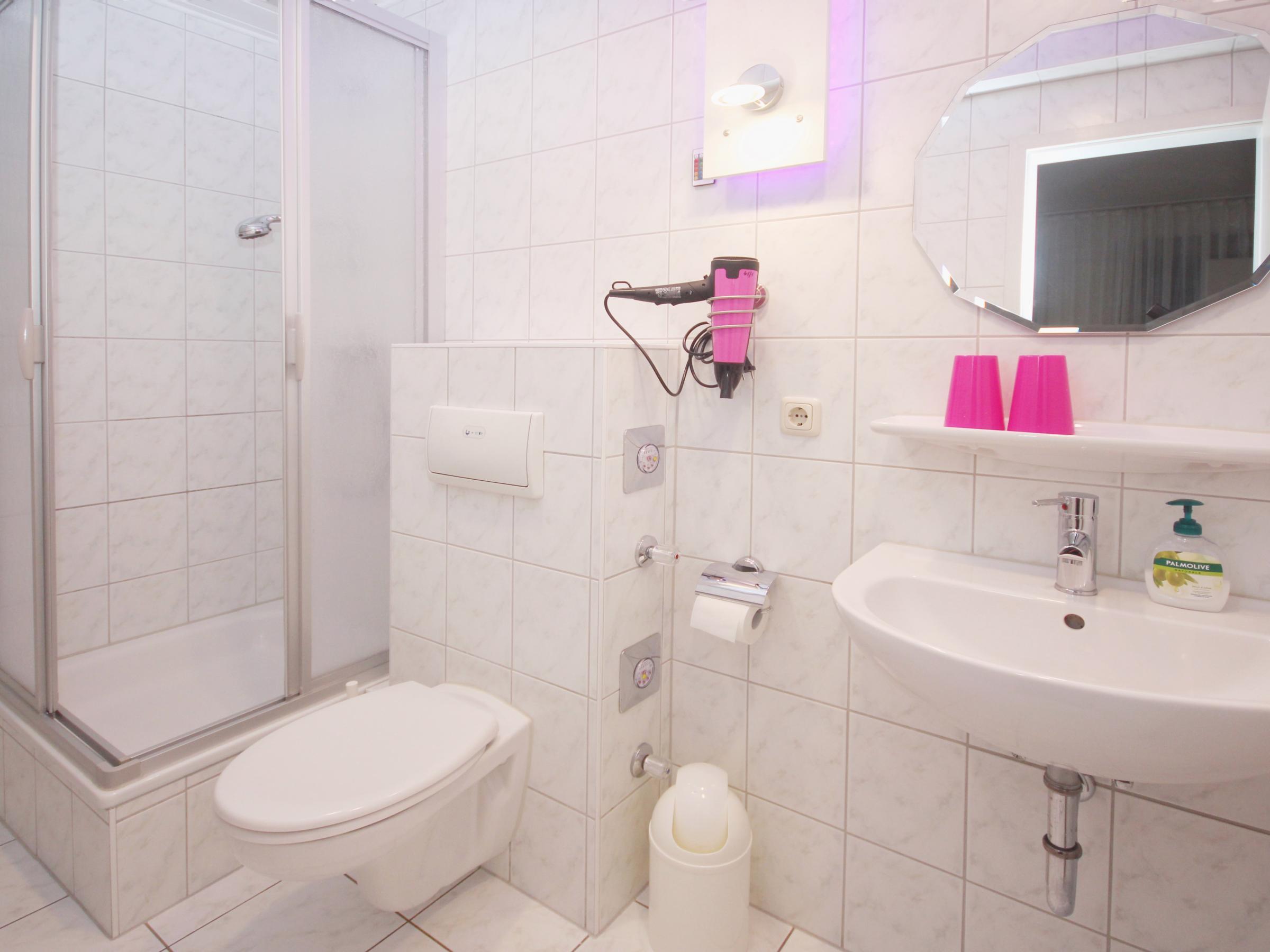 Helle, freunliche Dusche mit Fön