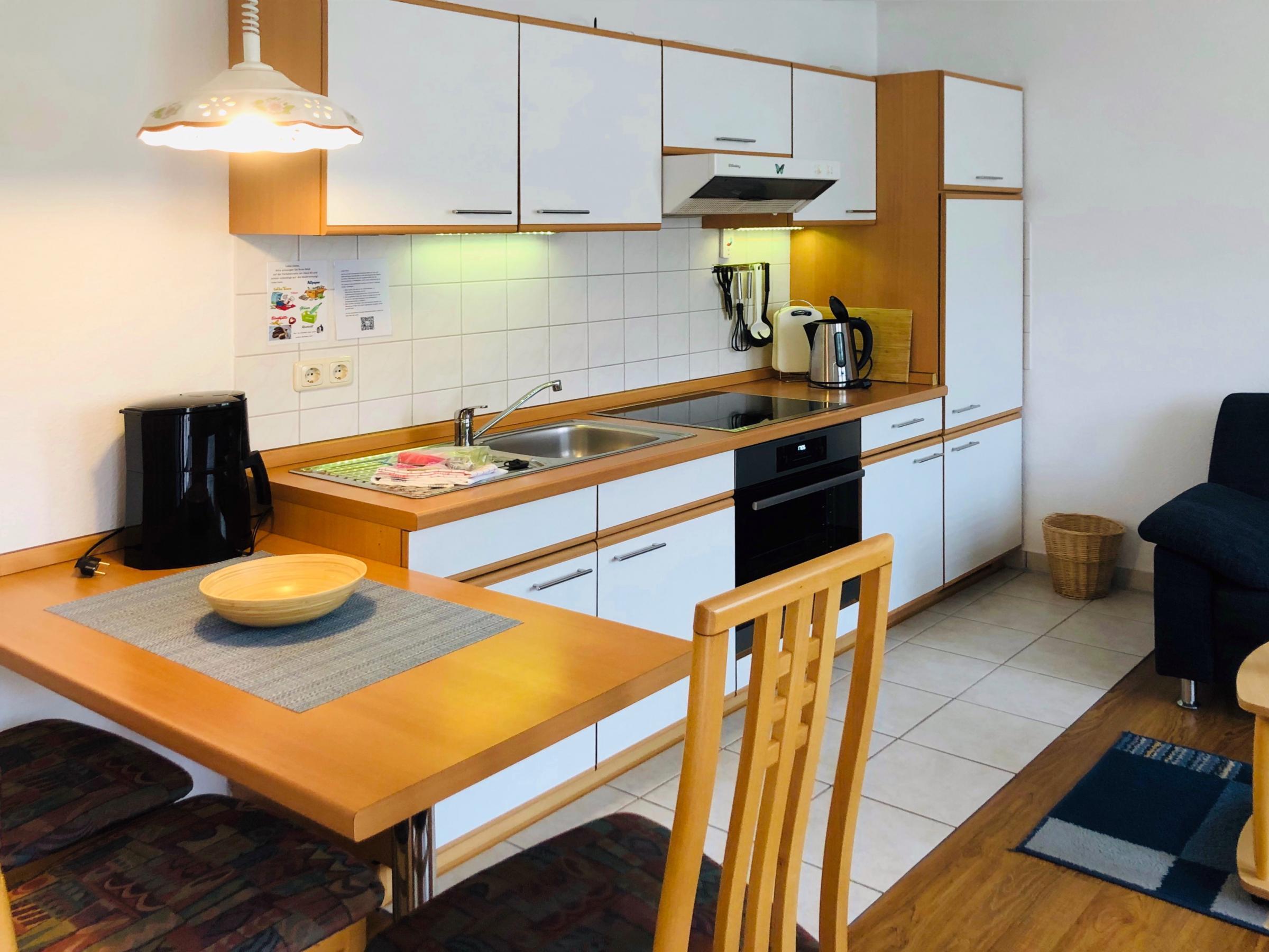 Küchenzeile mit Induktionsherd