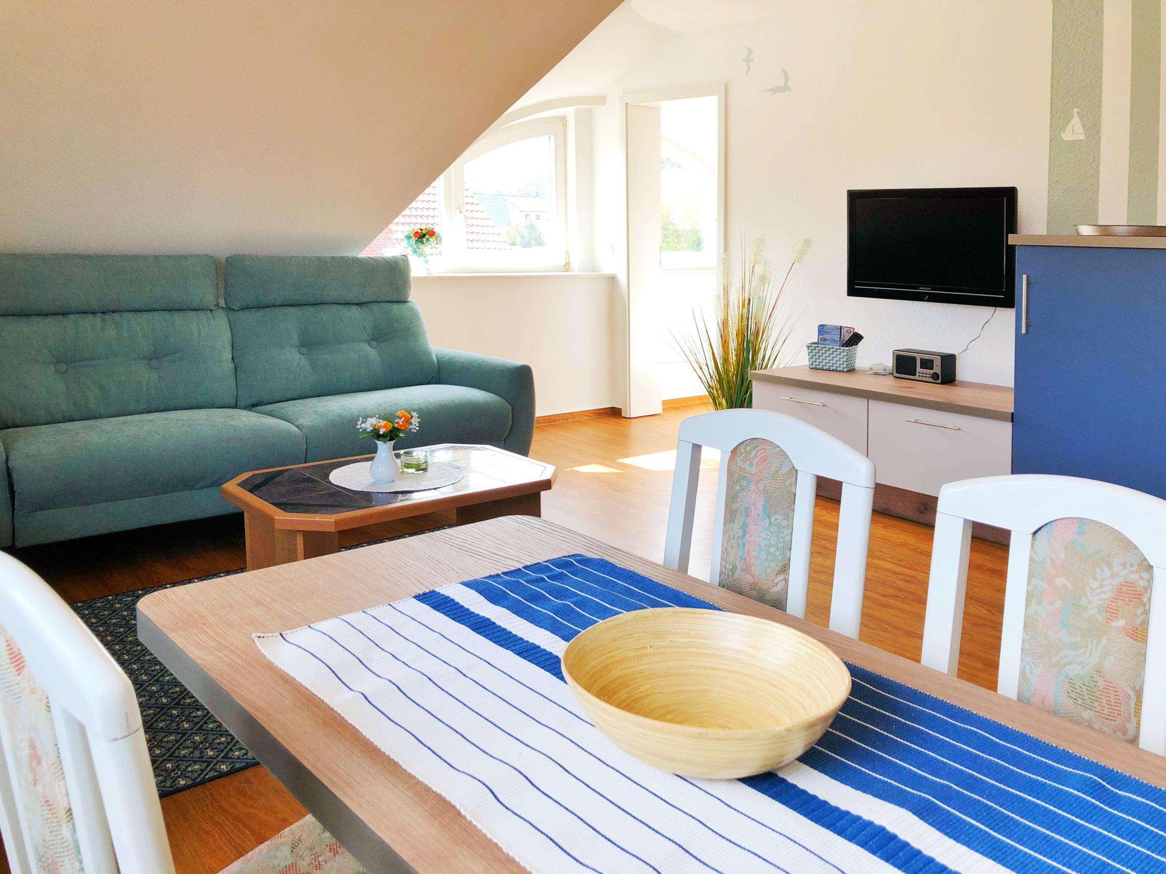 Auch vom Esstisch können Sie entspannt das Fernsehprogramm auf einem 40 Zoll SMART TV mit WLAN Anschluss verfolgen.
