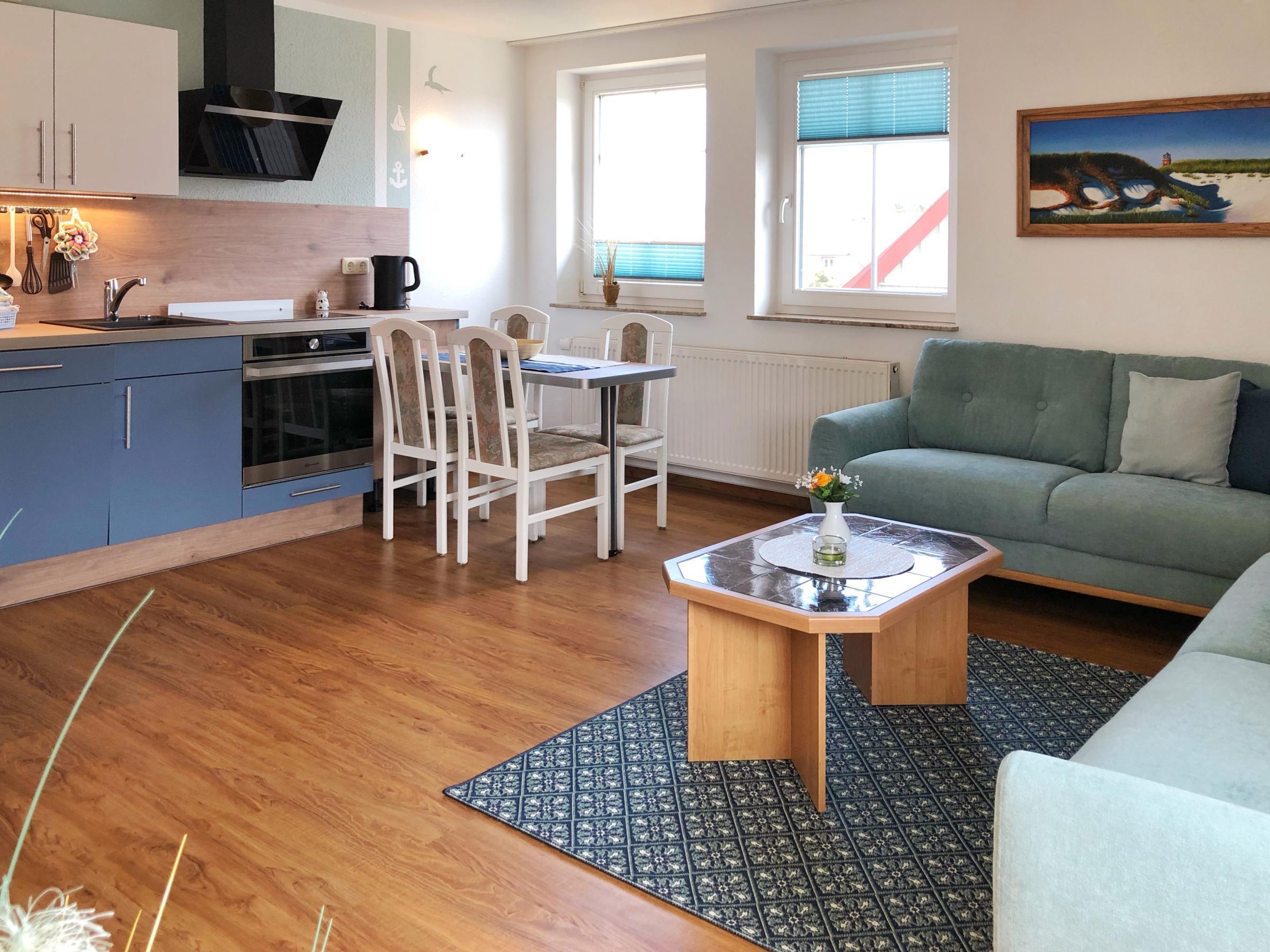 Viel Platz im zentralen Wohn- und Küchenbereich der Wohnung. Von allen PLaätzen können Sie entspannt  das digitale SAT-Fernsehprogramm verfolgen.