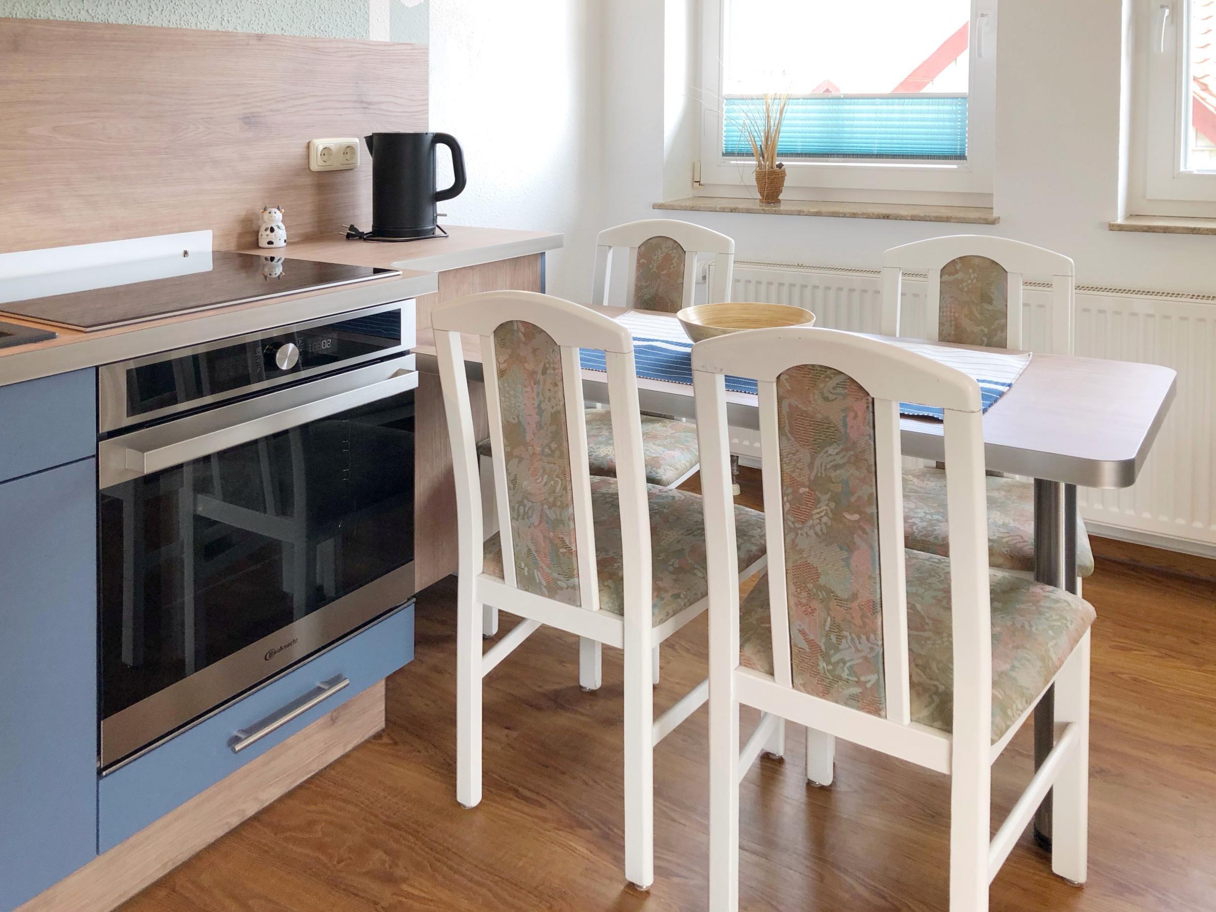 In die Küchenzeile integriert: Esstisch mit 4 Sitzmöglichkeiten